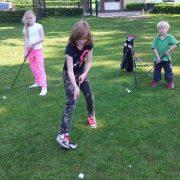 Jong talent aan het golfen...
